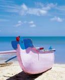 Barco colorido de madera en la playa imágenes de archivo libres de regalías