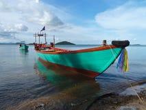 Barco colorido de Turquois cerca de la frontera de Camboya Vietnam Fotografía de archivo libre de regalías