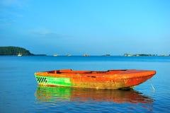 Barco colorido en el mar, Tailandia Imagenes de archivo