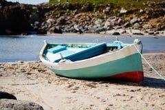 Barco colorido en la playa Fotos de archivo libres de regalías