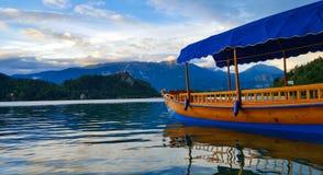 Barco colorido no lago sangrado slovenia imagens de stock