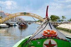 Barco colorido tradicional Moliceiro no canal na cidade de Aveiro, Por imagem de stock