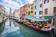 Barco com frutas e legumes em Veneza Fotografia de Stock