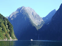 Barco com montanhas Imagem de Stock Royalty Free
