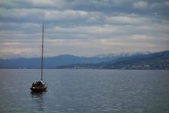 Barco com montanhas Imagens de Stock