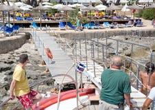Barco com os passageiros que chegam no porto Fotografia de Stock