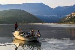 Barco com os pescadores no por do sol no mediterrâneo fotografia de stock royalty free