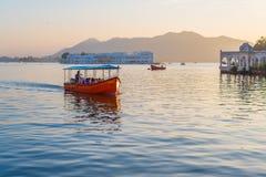 Barco com os turistas no lago Pichola, Udaipur Imagem de Stock