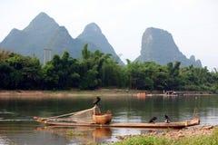 Barco com pássaros dos cormorões, pesca tradicional em China Imagens de Stock Royalty Free
