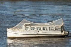 Barco com a rede do pássaro encalhada na lama imagens de stock royalty free