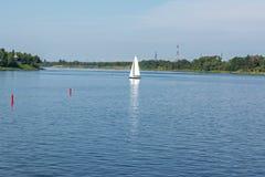 Barco com a vela no Rio Volga imagem de stock royalty free