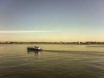 Barco comercial en el puerto de Montevideo Fotografía de archivo
