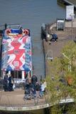 Barco con el modelo del Union Jack en el tejado que celebra la boda real Imagen de archivo