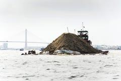 Barco con el suelo que flota en el Mekong con el puente de Rach Mieu el 14 de febrero de 2012 en mi Tho, Vietnam Imagenes de archivo