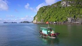 Barco con Guy Girl Passes por el abejón contra el océano ilimitado almacen de metraje de vídeo