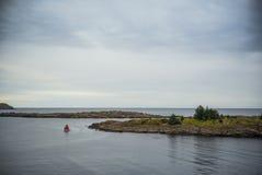 Barco con la vela roja en un mar tranquilo Imágenes de archivo libres de regalías