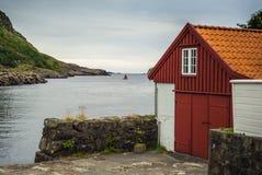 Barco con la vela roja en un mar tranquilo Imagen de archivo
