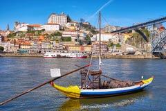 Barco con los barriles de vino de Oporto en el río del Duero porto fotos de archivo