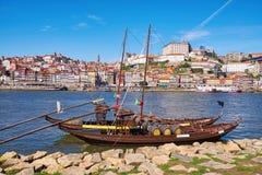 Barco con los barriles de vino de Oporto en la orilla del río Oporto, Portugal fotos de archivo libres de regalías