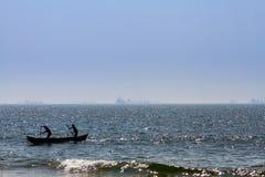 Barco con los fishermans en el mar Fotografía de archivo libre de regalías