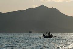Barco con los pescadores Imagenes de archivo
