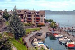 Barco con los árboles a lo largo del lago Leman Fotos de archivo libres de regalías