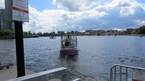 barco con los skyies azules Imagenes de archivo