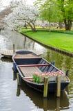 Barco con los tulipanes en el canal del agua en parque del jardín de Keukenhof de Holanda holandesa Imagenes de archivo