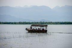 Barco con los turistas en el lago fotografía de archivo libre de regalías