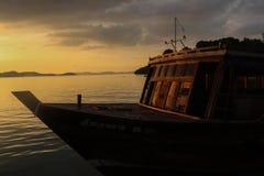 Barco con puesta del sol Imagenes de archivo