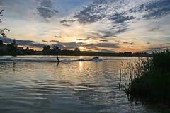 Barco con Waterskier Foto de archivo