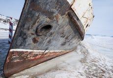 Barco congelado en la orilla Fotos de archivo libres de regalías