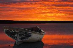 Barco contra montajes de la puesta del sol Foto de archivo libre de regalías