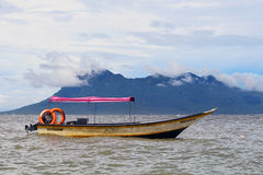 Barco cor-de-rosa do teto nas águas de Bornéu Fotografia de Stock Royalty Free