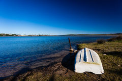 Barco costero de la laguna upside-down Foto de archivo