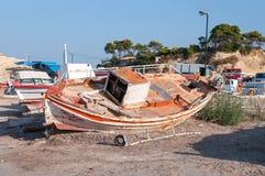 Barco dañado viejo en un puerto Fotos de archivo libres de regalías