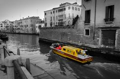 Barco da ambulância no canal de Veneza fotos de stock