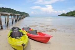 Barco da canoa e porto de madeira pelo mar Imagens de Stock Royalty Free