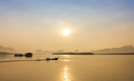 Barco da cauda longa e praia tropical, mar de Andaman, Tailândia Imagens de Stock