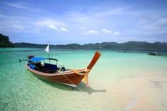 Barco da cauda longa na praia da areia e no mar brancos do cristal foto de stock royalty free