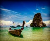 Barco da cauda longa na praia, Tailândia Foto de Stock