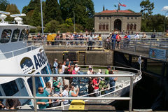 Barco da excursão com Ballard Locks levantado turista fotografia de stock royalty free