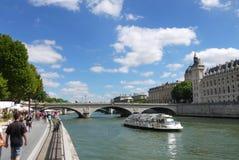 Barco da excursão de Paris França Seine River Fotos de Stock Royalty Free
