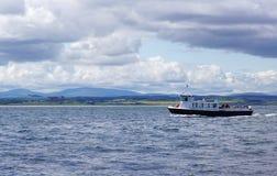 Barco da excursão fora da costa de Northumberland, Inglaterra Imagem de Stock Royalty Free