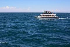 Barco da excursão no lago Titicaca perto de Copacabana em Bolívia Fotos de Stock Royalty Free