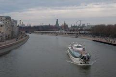 Barco da excursão no rio de Moscou Imagem de Stock Royalty Free