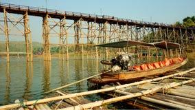 barco da Longo-cauda e a ponte de madeira sobre o rio de Karia da música fotografia de stock royalty free