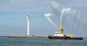 Barco da mangueira de fogo 'água de pulverização do Zeehond 'em Oostende fotos de stock