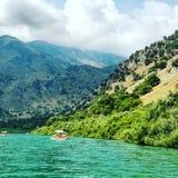 Barco da montanha do lago das férias da Creta Foto de Stock