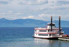 Barco da roda de pá no lago imagens de stock